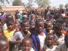 Alkanaujantys arba vargingai gyvenantys vaikai - gan įprastas Afrikos šalių vaizdas