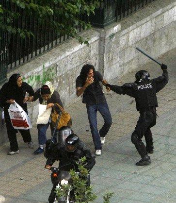 Studentas prieš riaušių policiją